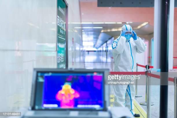 ispezione termica a infrarossi covid-19 - infrarosso foto e immagini stock