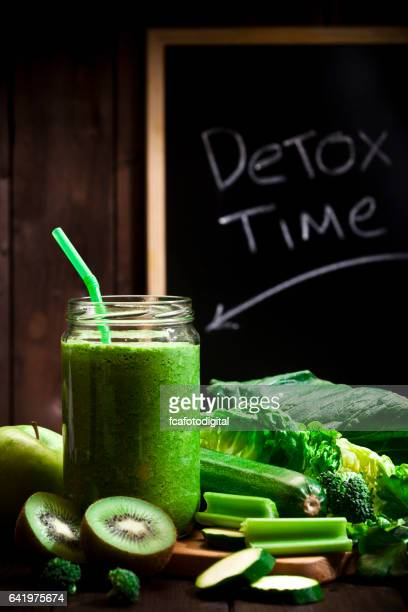 vegetales verdes infundidos agua bebida de desintoxicación - apio fotografías e imágenes de stock
