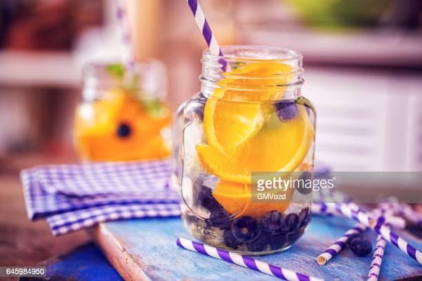 フレーバーの水、新鮮なブルーベリー、オレンジ
