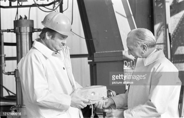 Ingenieur Kayser und OTRAGAufsichtratsvorsitzender Kurt Debus mit einem Konstruktionsteil des Triebwerkes aufgenommen am auf dem...