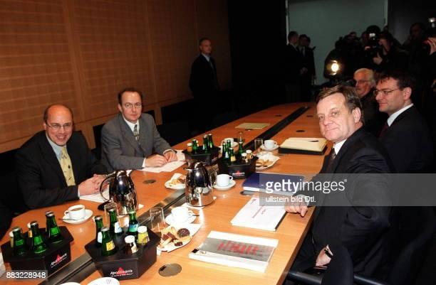 Ingenieur Manager D Vorstandsvorsitzender Deutsche Bahn AG Mehdorn während seines Antrittsbesuchs beim neuen Bundesverkehrsminister Kurt Bodewig in...