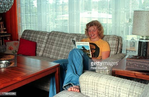 Inger Nilsson Bekannt durch KinderSerie Pippi Langstrumpf Homestory Kisa SchwedenWohnzimmer Buch lesen Barfuss Schauspielerin