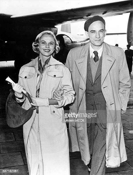 Ingmar Bergman Regisseur Schweden Ankunft mit Bibi Andersson in Berlin anlässlich der Filmfestspiele 1957