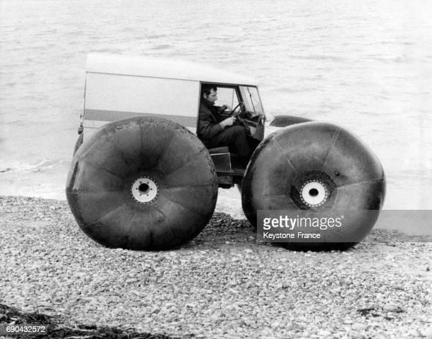 Ingénieur testant un véhicule amphibie Land Rover, à Yarmouth, Royaume-Uni, le 19 novembre 1969.