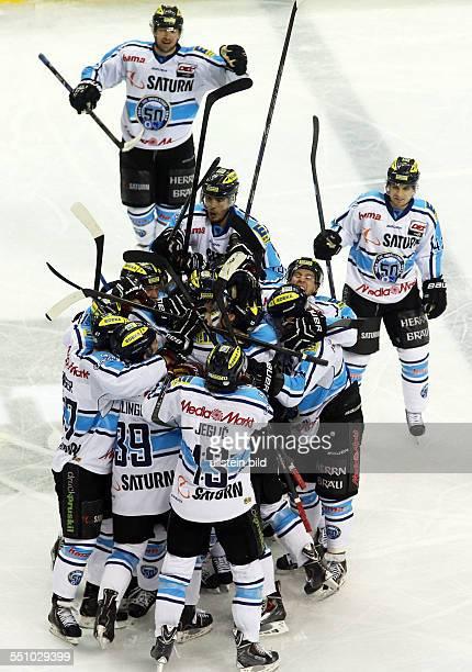 Ingolstadt, Jubel, Freude, Emotion um Benedikt Schopper nach dem entscheidenden Tor zum 2:3 in Overtime, Aktion , EHC Eisbaeren Eisbären Berlin - ERC...