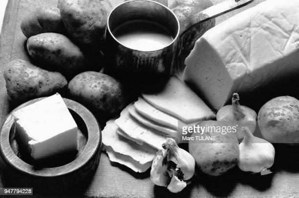 Ingrédients de l'aligot purée de pommes de terre avec de la tome et de l'aïl spécialité de l'Aubrac en France