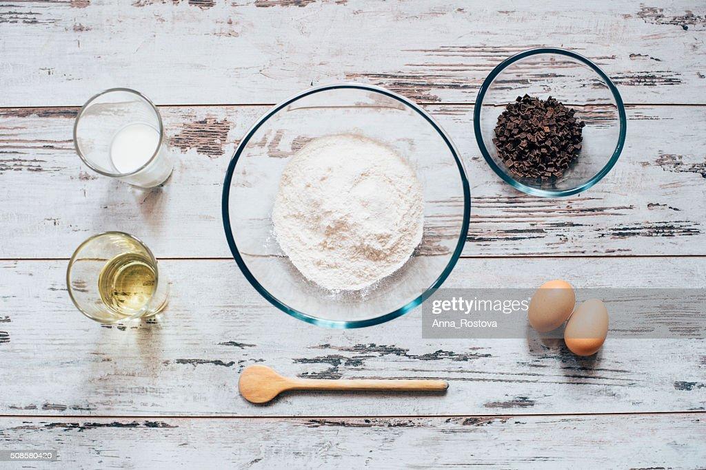 Zutaten zum Backen Muffins auf Holztisch von : Stock-Foto