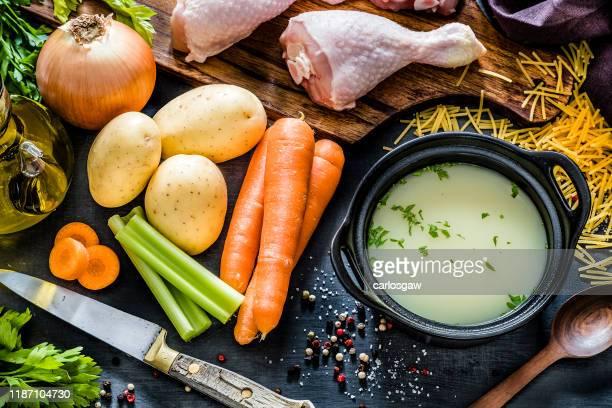 ingredientes para cocinar caldo de pollo - caldo pollo fotografías e imágenes de stock