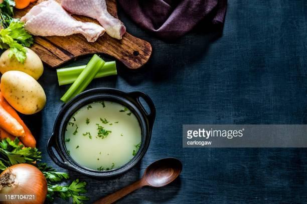 ingredientes para cocinar caldo de pollo con espacio de copia - caldo pollo fotografías e imágenes de stock