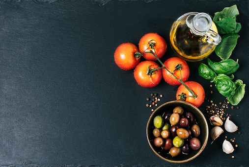 Ingredients (tomatoes, garlic, basil, olive oil, and spices) - gettyimageskorea