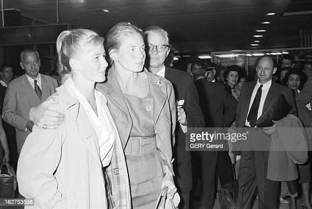 Ingrid Bergman And Her Daughter Jenny Pia Lindstrom. En septembre 1959, Ingrid BERGMAN tenant par l'épaule sa fille Pia LINDSTROM.