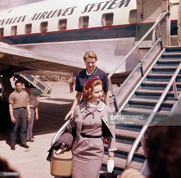 Ingrid Bergman And Her Daughter Jenny. Sur un aéroport, en 1957, Ingrid BERGMAN descendant d'un avion, précédée de de sa fille Jenny.