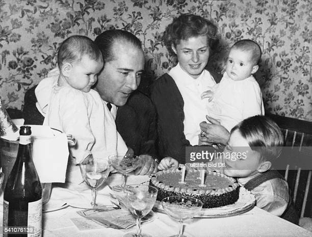 Ingrid Bergman Swedish actress with her husband Roberto Rossellini and the twins Ingrid and Isabella celebrating son Robertinoïs birthday 1953