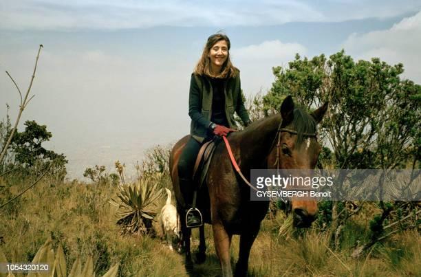 Ingrid BETANCOURT étoile montante de la politique en Colombie la sénatrice souriante faisant du cheval sur les hauteurs de BOGOTA accompagnée de son...