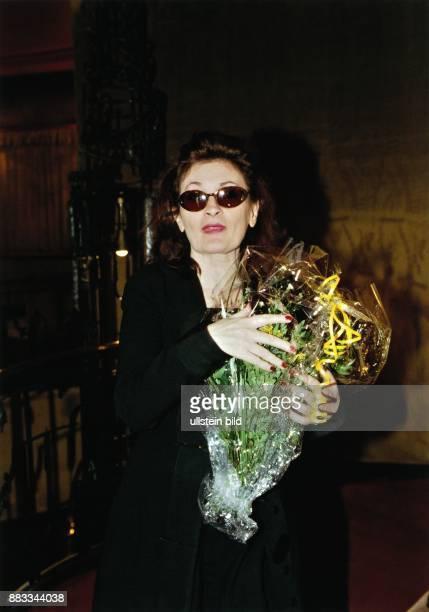 Ingrid Caven Sängerin Schauspielerin D Porträt mit Sonnenbrille und einem Strauss Blumen