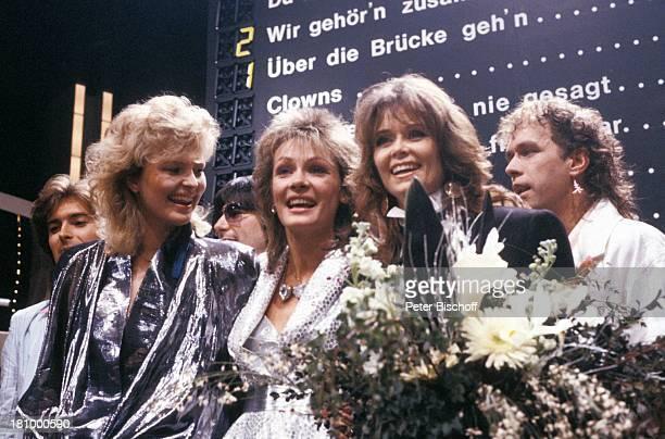 Ingrid Peters , Sabrina Lallinger , Wencke Myhre , , Musiker, Grand Prix, Deutsche Vorentscheidung, München, , Bühne, Siegerehrung, Blumenstrauss,...
