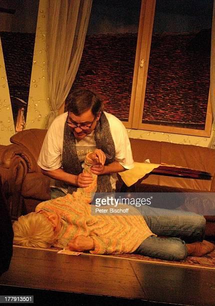 Ingrid Steeger Michael Oenicke Premiere Theaterstück 'Jackpot' 'Theaterschiff' Bremen Deutschland Europa Auftritt Bühne Zusammenbruch Schauspielerin