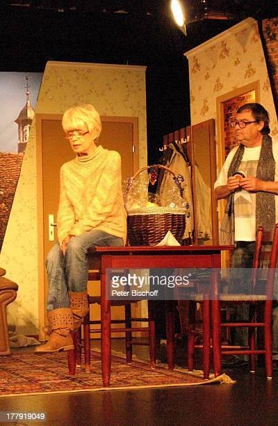 Ingrid Steeger Michael Oenicke Premiere Theaterstück 'Jackpot' 'Theaterschiff' Bremen Deutschland Europa Auftritt Bühne Geschenkekorb Schauspielerin
