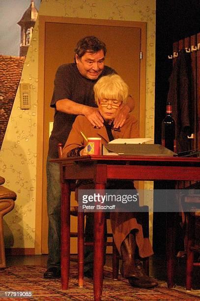 Ingrid Steeger Michael Oenicke Premiere Theaterstück 'Jackpot' 'Theaterschiff' Bremen Deutschland Europa Auftritt Bühne würgen Schauspielerin