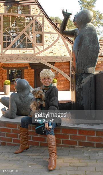 Ingrid Steeger mit YorkshireTerrier Eliza am BacchusBrunnen vor Kaffee Worpswede am Kunstpark Künstlerdorf Worpswede Niedersachsen Deutschland Europa...