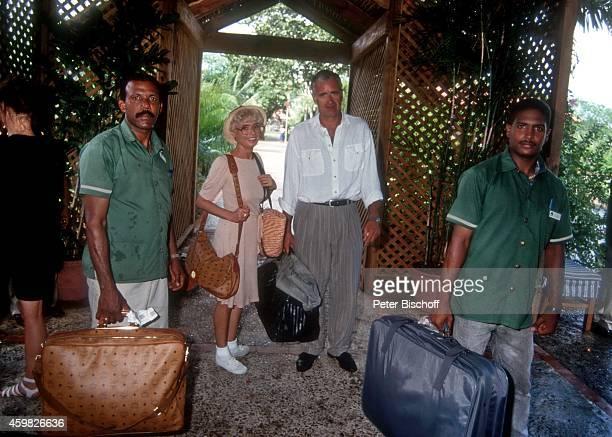 Ingrid Steeger Peter Bongartz und HotelAngestellte ZDFSpecial Sonne Meer und 1000 Palmen am im Casa de Campo La Romana Dominikanische Republik