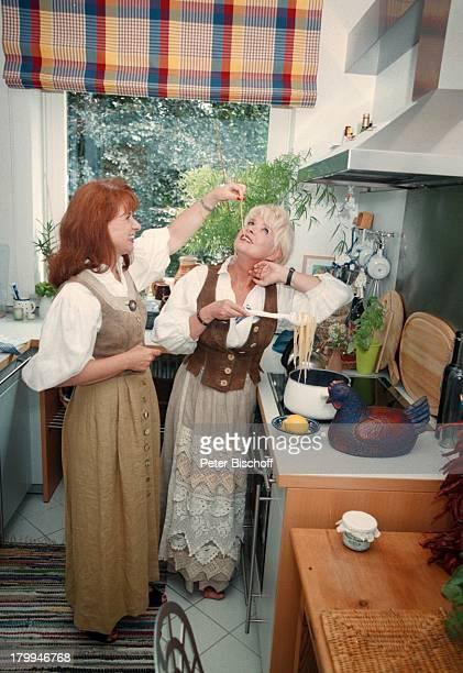 Ingrid Steeger Schwester Jutta HedaHomestory Hamburg Küche kochen