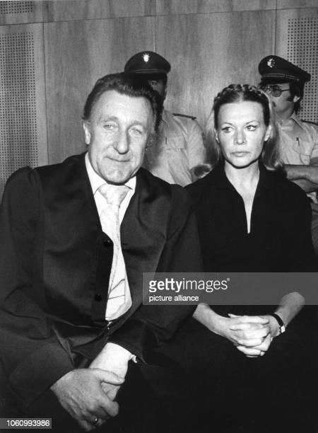 Ingrid van Bergen mit ihrem Verteidiger Rolf Bossi bei Prozessbeginn am Die Schauspielerin muß sich vor dem Münchener Schwurgericht II für den Tod...