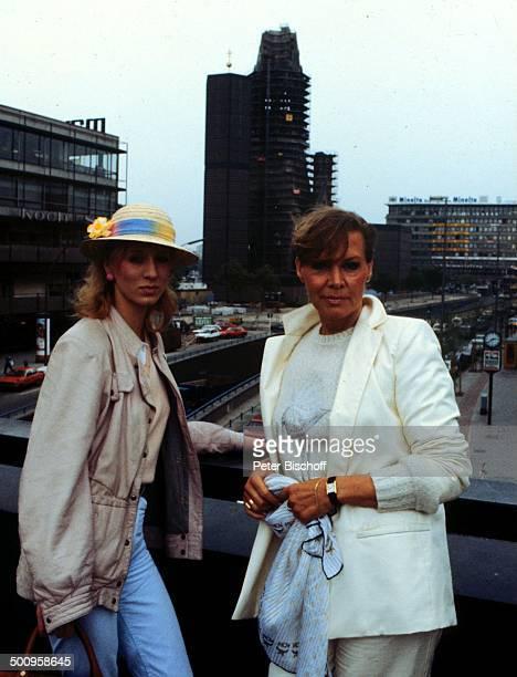 Ingrid van Bergen mit Tochter Carolin Kudamm mit Gedächniskirche Berlin Deutschland Europa privat Familie Kind Urlaub Schauspielerin Promi Promis...