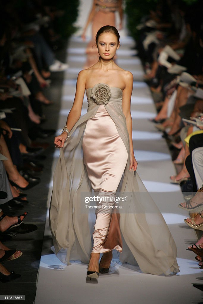 Olympus Fashion Week Spring 2006 - Badgley Mischka - Runway : News Photo