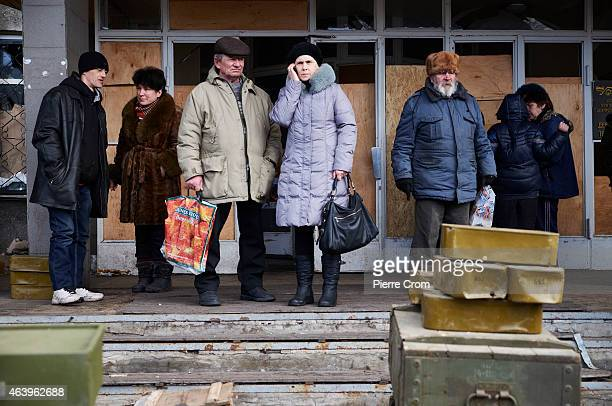 Inhabitants of Debaltseve wait for humanitarian help on February 20 2015 in Debaltseve Ukraine The strategic railway town of Debaltseve is of under...
