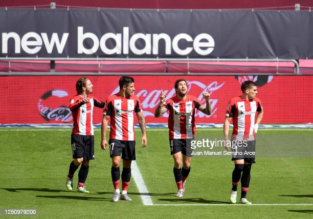 Inigo Martinez of Athletic Bilbao celebrates with his team mates after scoring his team's first goal during the Liga match between Athletic Club and...