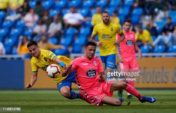 Inigo Ruiz de Galarreta of Las Palmas competes for the ball with Cristian Herrera of Lugo during the La Liga123 match between Las Palmas and Lugo at...
