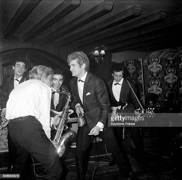 Initiation au twist avec Les Chaussettes Noires dans un club parisien à Paris, France, le 21 novembre 1961.