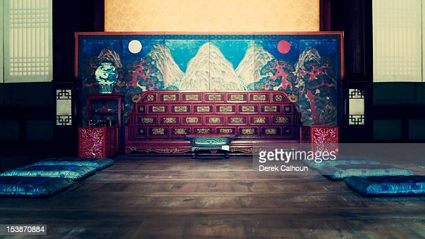 (blue) injeongjeon hall throne room - palast stock-fotos und bilder