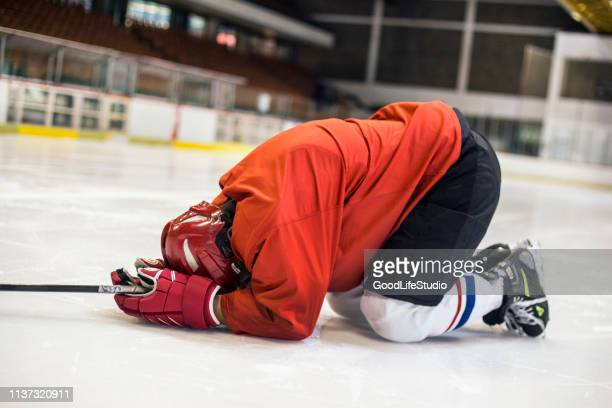 injured hockey player - ice hockey uniform stock pictures, royalty-free photos & images