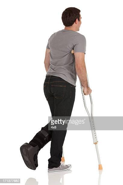 男ジャンプして、ヘルプの crutches