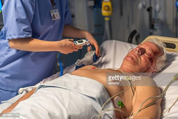 Verletzten Patienten auf dem Bett