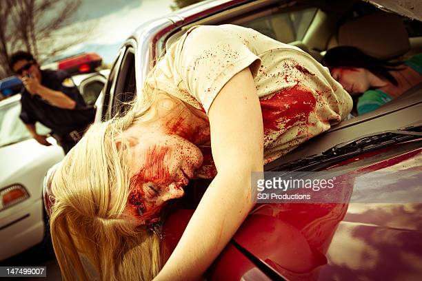 injured women in a car after accident with policeman responding - dead female bodies stockfoto's en -beelden