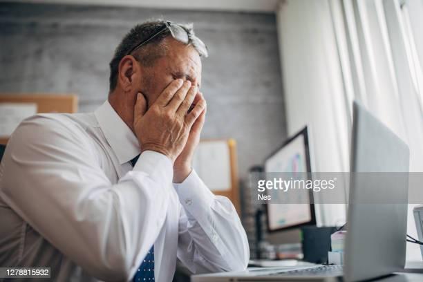 lesiones en el trabajo, fatiga ocular - seco fotografías e imágenes de stock
