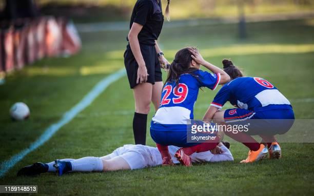 blessure op vrouwenvoetbal wedstrijd! - verdediger voetballer stockfoto's en -beelden