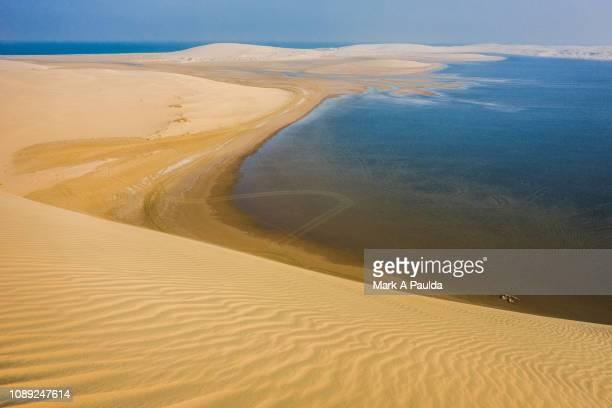 inland sea and sand dunes - qatar fotografías e imágenes de stock