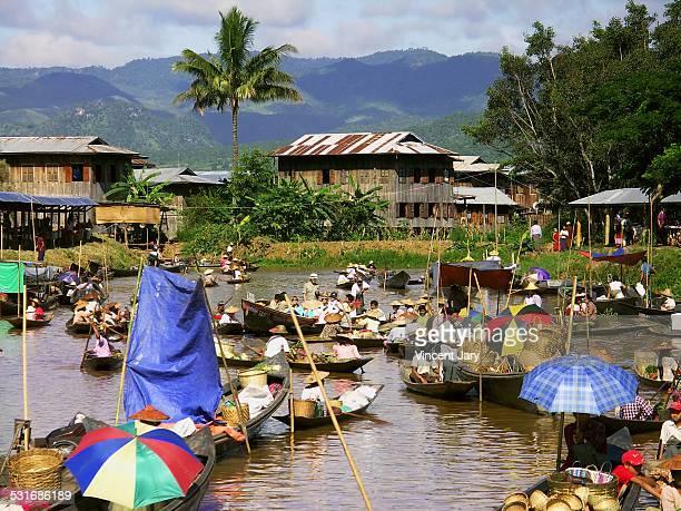inle lake floating market - ミャンマー ストックフォトと画像