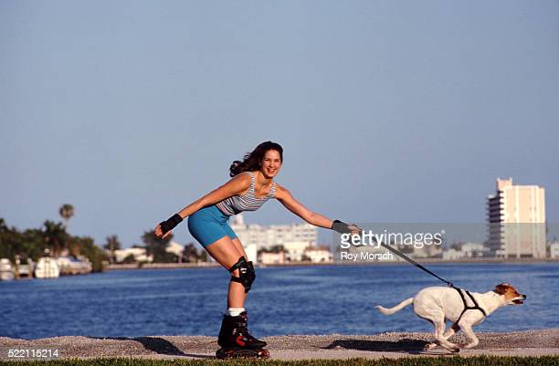 inline skater with her dog - dog pad foto e immagini stock
