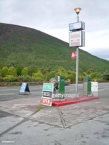 Inmitten der Küstenlandschaft am Atlantik steht an der touristischen Straße Ring of Kerry diese Tankstelle aufgenommen am 16 Juli 2015 in der Nähe...