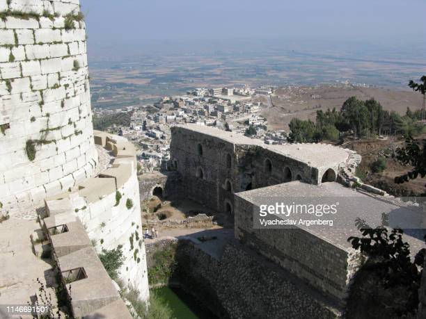 inner and outer walls of krak des chevaliers medieval castle, syria - argenberg - fotografias e filmes do acervo