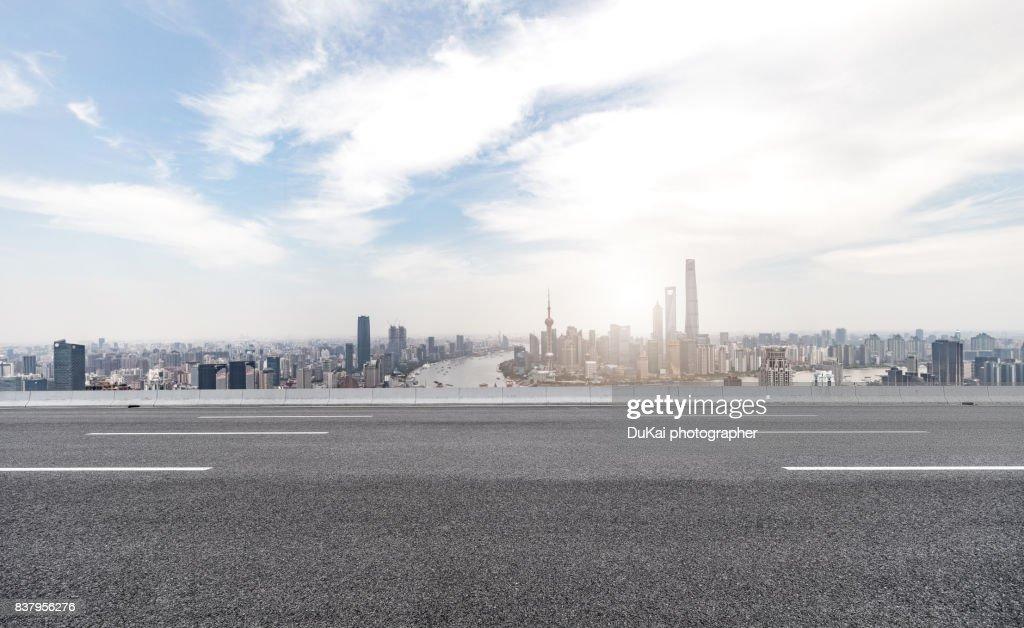 inner city road ストックフォト getty images