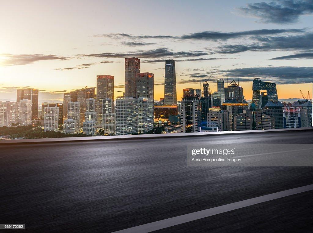inner city road sunset ストックフォト getty images