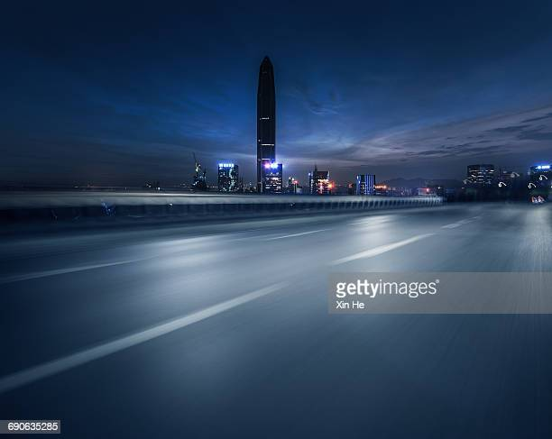 inner city street at night - empty road stock pictures, royalty-free photos & images