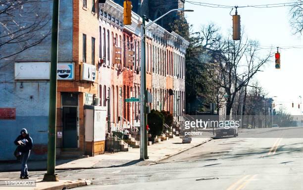 strade del centro città - baltimora, md - maryland us state foto e immagini stock