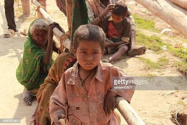 innocence, mauvais garçon de kumbh 2013 - famine photos et images de collection